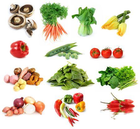 unwashed: Raccolta di verdura, isolato su bianco. Comprende funghi, carote, bok Choy, zucchine, peperoni, piselli patate, cipolle, spinaci, peperoncino, broccoli, asparagi, lattuga e pomodori.