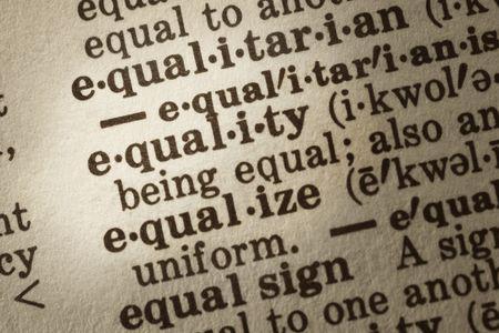 """definici�n: Diccionario de la definici�n de """"igualdad"""". Close-up opini�n, muestran texturas de papel."""