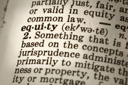 """definici�n: La definici�n del diccionario de la palabra """"equidad"""". Close-up punto de vista, con tono sepia y la diferencia de enfoque."""