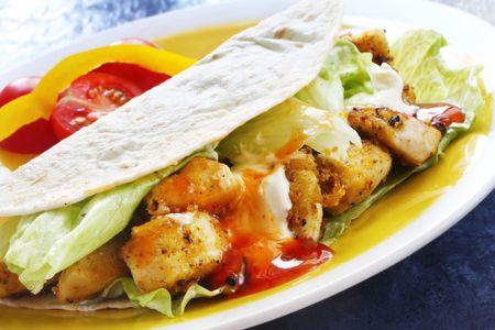 Tacos suaves con picante de pollo, ensalada y crema agria. Foto de archivo - 3737614