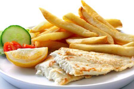 Fish and chips, avec de la salade. Filet de poisson blanc grillés, avec de gros de pommes de terre frites. Banque d'images
