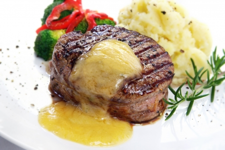 mashed potatoes: Thick-cut beef filet steak with Bearnaise sauce, served with mashed potatoes, broccoli and red bell peppers. Stock Photo