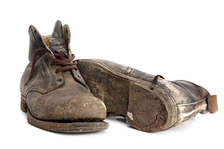 zapatos de seguridad: Desgastado viejas botas de trabajo, aislado en blanco.