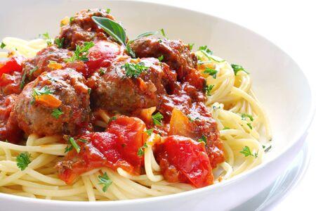 sauce tomate: Bol de p�tes et boulettes de viande, dans une sauce tomate.