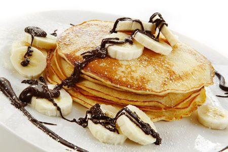 palatschinken: Bananen-Pfannkuchen mit Schokolade und Puderzucker. Ein k�stliches Gericht nachsichtig.