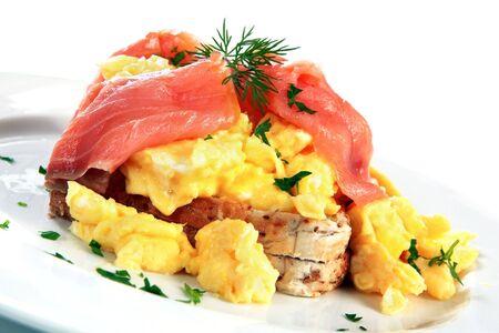 saumon fum�: Oeufs brouill�s au saumon fum�, garni � l'aneth et le persil. Un petit d�jeuner d�licieux r�gal!