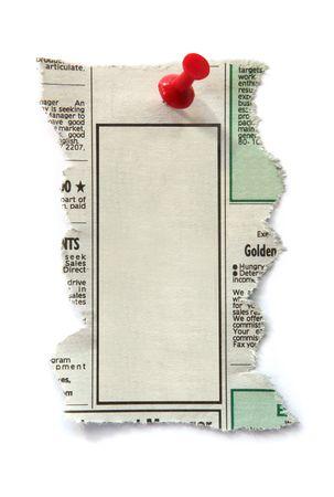 Blank journal d'annonces classées, prêt pour votre message. Arrimée avec push pin rouge.