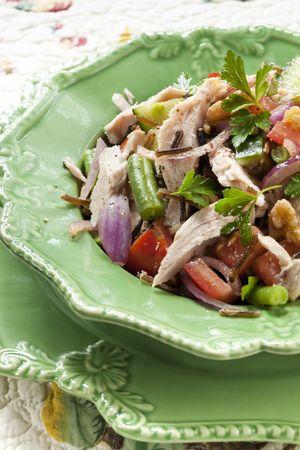 green beans: Saludable ensalada de at�n, con copos de at�n blanco, el arroz silvestre, frijoles verdes, nueces, tomates, pepino, cebolla roja y el perejil. Delicioso, nutritivo de comer.