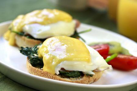 espinacas: Huevos Benedict. Panecillos tostados con espinacas, huevos escalfados, mantecoso y deliciosa salsa holandesa.