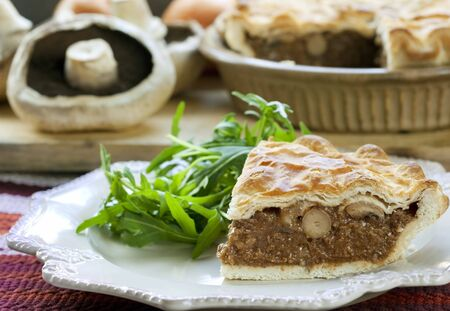 Tasty, traballante, torta di funghi, con insalata di rucola. Delicious familiare bontà. Archivio Fotografico