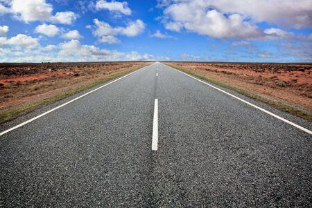 australie landschap: Openbare weg in de Australische outback, westelijke New South Wales.
