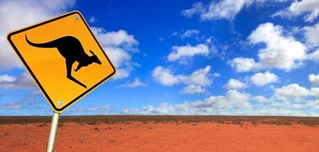 Señal de advertencia de canguro en el interior de Australia. El oeste de Nueva Gales del Sur, cerca de Broken Hill.