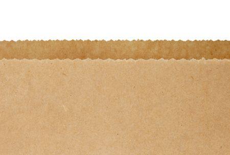 papel reciclado: Top bordes dentados de abrir una bolsa de papel marr�n, sobre fondo blanco.