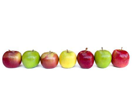 hilera: Manzanas en una fila, aislados en blanco. Incluye Fuji, Granny Smith, Golden Delicious, Red Delicious y las variedades de dama de color rosa.