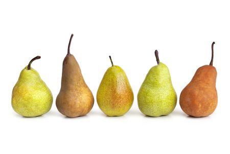 anjou: Peras en una fila, aislados en fondo blanco con sombra suave. Incluye las variedades bosc, anjou y packham.