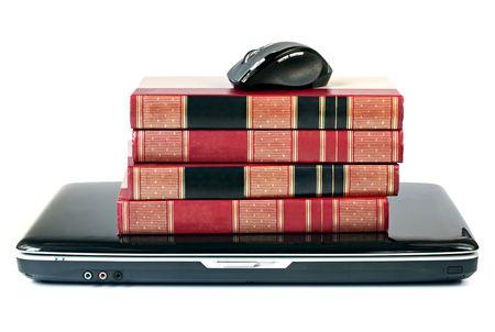 encyclopedias: Los libros de referencia apilados encima de un ordenador port�til, con el rat�n. De aprendizaje en l�nea concepto. Aislado en blanco. Foto de archivo