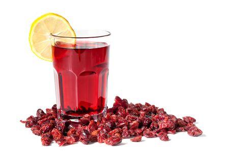 arandanos rojos: Un vaso de jugo de ar�ndano rojo fresco, rodeado de ar�ndanos secos. Aislados en blanco.  Foto de archivo