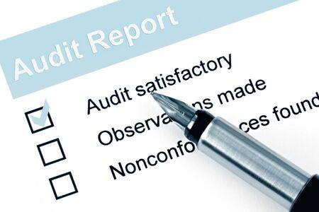 audit: F�llfederhalter �ber Auditbericht, mit H�kchen gegen  Lizenzfreie Bilder