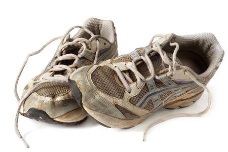 Zapatillas viejas maltratadas, aislados en blanco.  Estos han visto definitivamente mejores días!