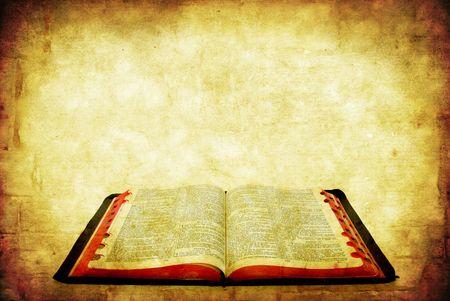 biblia abierta: Biblia abierta sobre fondo de piedra arenisca de grunge. Foto de archivo