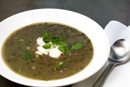 berros: Sopa de lentejas contruida lentejas verdes, ajo, yogur y berros. Deliciosas y saludables as�!  Foto de archivo