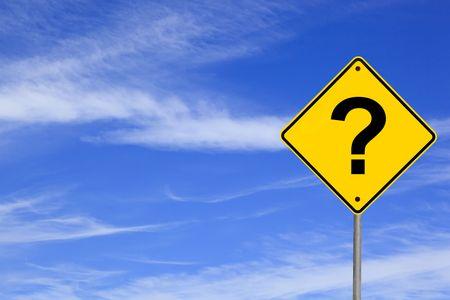 punto di domanda: Punto interrogativo strada segno nel cielo blu brillante.