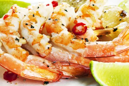 prawn skewers: Barbecued chili prawn skewers, with lime.  Delicious shrimp, with a touch of spice. Stock Photo