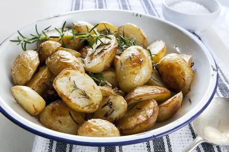 Baby arrostito patate al rosmarino, nel vecchio ciotola di smalto.