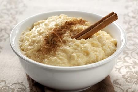 계 피와 함께 크림 쌀 푸딩입니다. 쌀, 우유, 계란, 바닐라, 설탕으로 만든 간단하고 영양가있는 디저트.