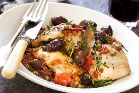 Pollo alla cacciatora, con olive, capperi, pomodoro, aglio ed erbe.  Delizioso!