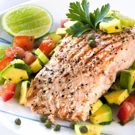 alcaparras: Salmón del Atlántico a la parrilla con una salsa de tomate y aguacate.  Deliciosa comida sana.