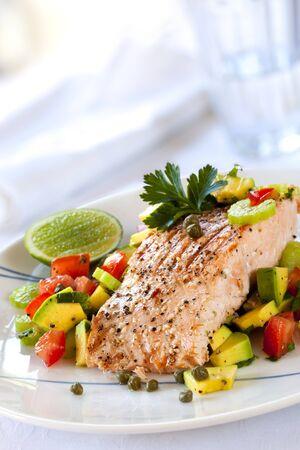 avocado: Salmone con salsa di avocado e pomodoro. Archivio Fotografico