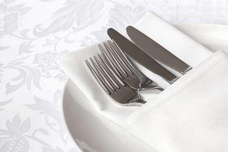 white linen: Servilleta lino blanco, con cubiertos de plata. Foto de archivo
