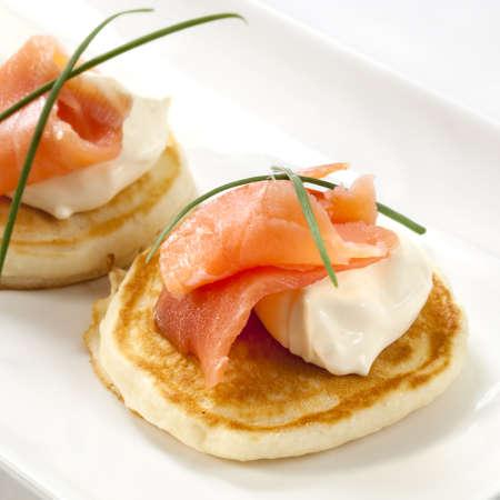 saumon fum�: Blinis garnies de saumon fum� et de cr�me sure.