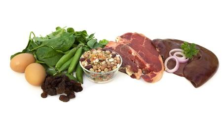vitamina a: Alimentos ricos en hierro, incluidos los huevos, espinacas, guisantes, frijoles, carne roja, h�gado y pasas.  Aislados en blanco.