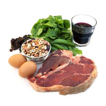 ciruela pasa: Fuentes de alimentaci�n de hierro, incluyendo carnes rojas, huevos, jugo de espinacas, guisantes, habas, pasas y ciruelas.  Aislados en blanco.