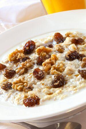 oatmeal: Avena con pasas, nueces y panela.  Deliciosas gachas saludable. Foto de archivo