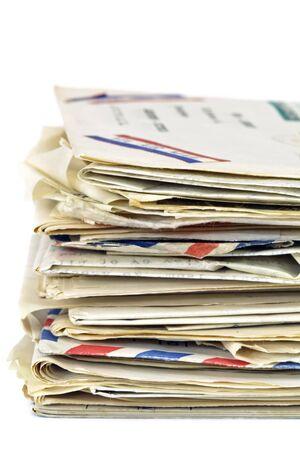 sobres para carta: Pila de viejas cartas, sobre fondo blanco.  Correo a�reo, tarjetas postales y cartas con tipo. Foto de archivo