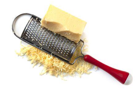 queso rayado: Rallador de queso con cheddar, aislado en blanco.