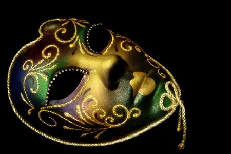 mascaras de carnaval: Oro máscara veneciana, aislada sobre fondo negro. Foto de archivo