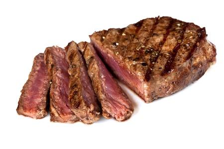 carne asada: Filete de carne a la parrilla, en rodajas, aislada sobre fondo blanco.