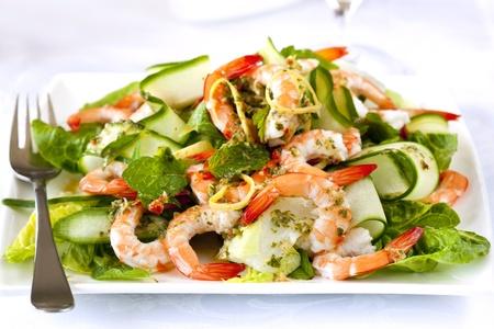 plato de ensalada: Camar�n o una ensalada de gambas, con el beb� lechuga romana, pepino y lim�n sano, menta y salsa de perejil.