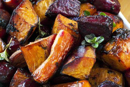 tomillo: Los tubérculos asados ??con balsámico y tomillo. Incluye remolachas, zanahorias y patatas dulces. Foto de archivo