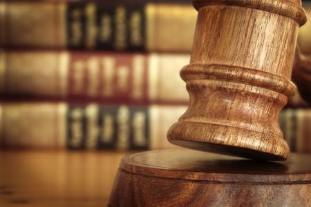 giustizia: Martelletto, con libri di diritto Sfocato dietro.
