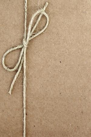 atados: Cuerda atada en un arco, en empaques de papel marr�n. Foto de archivo