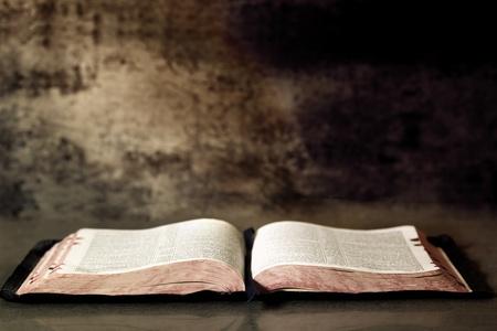 bible ouverte: Ouvrez la Bible, avec un fond de granit textur�.