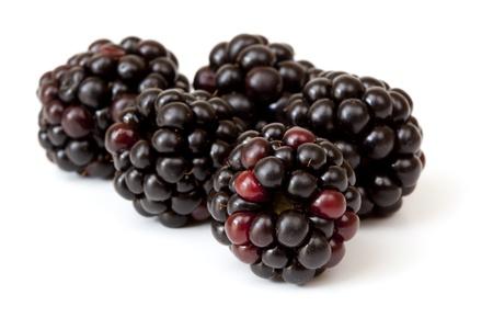 brambleberry: Moras sobre fondo blanco. Delicioso Berry la bondad de la fruta. Foto de archivo