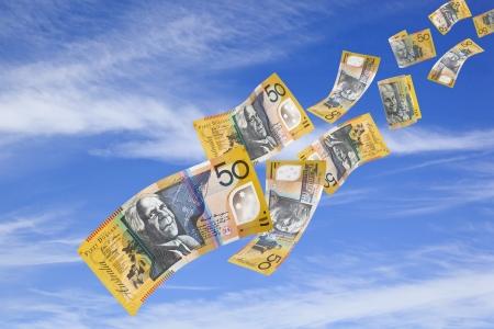 50 australische Dollar-Scheine fallen vom blauen Himmel.