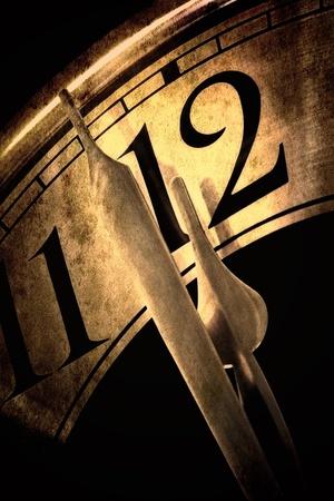 Horloge montrant deux minutes à des teintes d'or minuit, avec des effets grunge Banque d'images