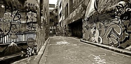 grafitis: Las paredes cubiertas de graffiti en el viejo callejón de Hosier Lane, en Melbourne, Australia contraste alto, blanco y negro